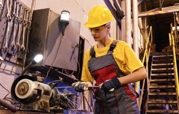 Минтруд запретит женщинам работать на химическом производстве и тушить пожары