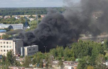 В Подмосковье горит химический завод. Огонь уходит в подземные коммуникации