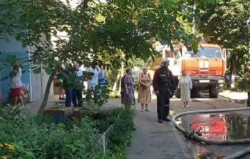 В Курске на пожаре пострадали две женщины, спасены еще 19 человек