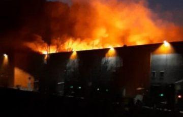 В Сети выложили страшное видео полностью сгоревшего логистического центра в Барнауле